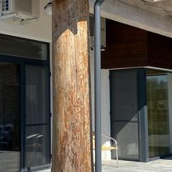 Drewniany filar w budynku mieszkalnym